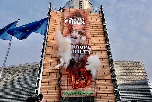 Greenpeace 'hackea' la sede de la Comisión Europea con una imagen gigante de los incendios de la Amazonía